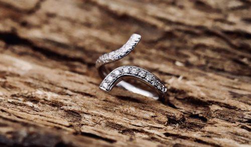 anello curva di diamanti