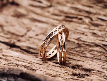 fedi nuziali artigianali in oro rosa con superficie sforata con forme ovali fatte a mano uniche artigianali personalizzate Villasanta Monza Milano matrimonio