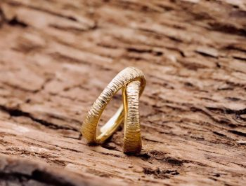 fedi nuziali artigianali in oro giallo scolpite morbide personalizzate uniche fatte a mano su misura gioiello unico laboratorio orafo monza e brianza milano